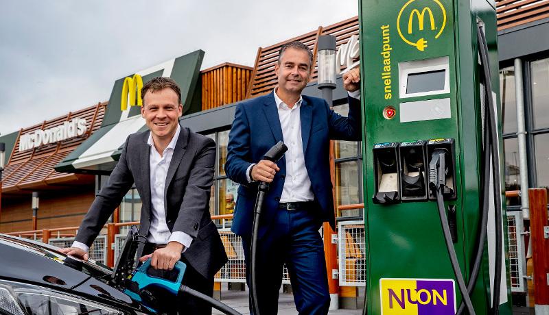 Pieter van Ommeren (links) und Bas Klaassen, Director Development Real Estate & Construction bei McDonald's, an der ersten Schnellladestation, die Nuon auf dem Gelände von McDonald's in Betrieb nehmen wird.