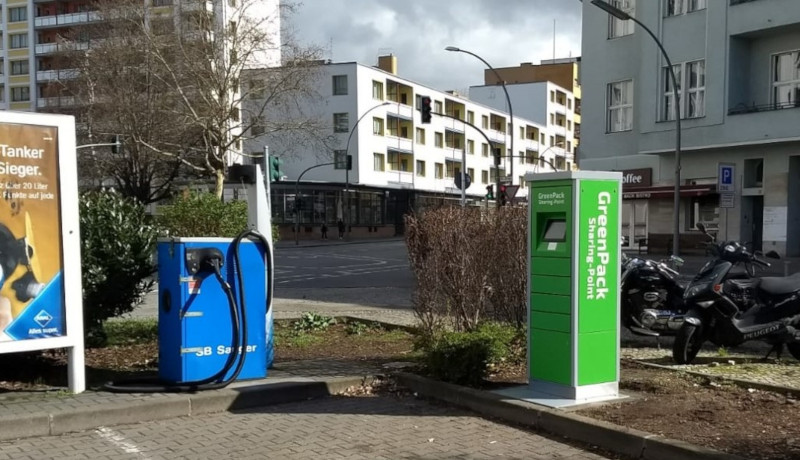Ein GreenPack Sharing Point an der Aral Tankstelle in der Dudenstr. 19 in Berlin-Kreuzberg.