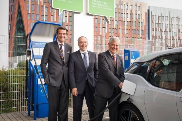Battery Second Life in Hamburg. Von links: P. Wasmuth (Vattenfall), J. Weber (BMW Group), Senator F. Horch